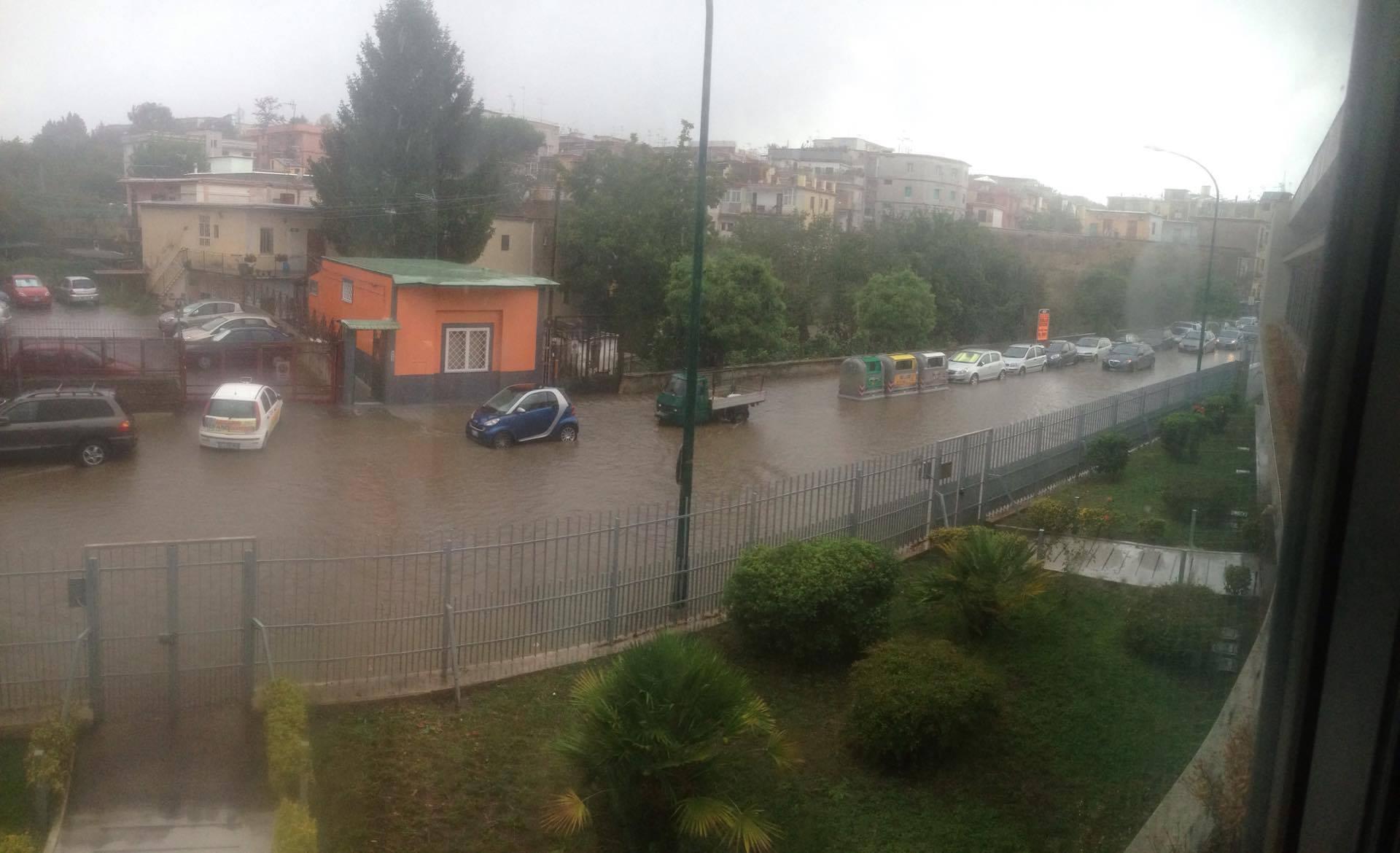 Napoli, primo temporale, caditoie intasate e allagamenti puntuali