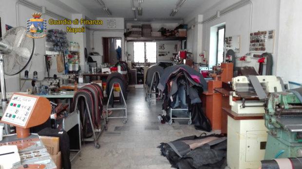 Capodichino, la Guardia di Finanza sequestra una fabbrica clandestina