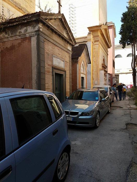 Cimitero di Poggioreale, un dossier sui parcheggiatori abusivi inviato a Palazzo San Giacomo