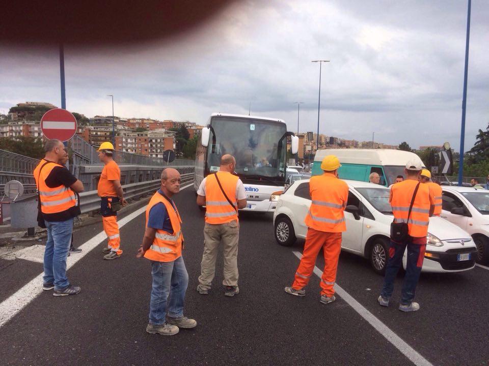 La lotta degli operai edili della Tangenziale di Napoli, il Prefetto tenta una mediazione