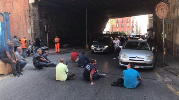 Napoli, la rivolta operaia di Mergellina. Blocco stradale davanti al tunnel di Piedigrotta