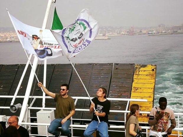 La Foto del Giorno: Sul traghetto per Ischia per contestare il G7