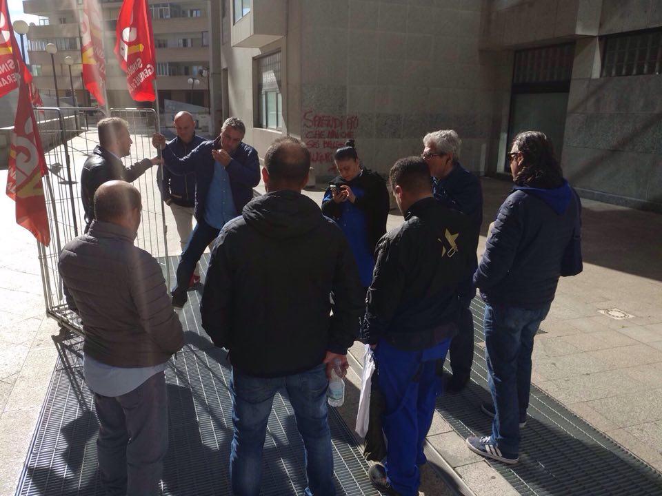 Lo sfruttamento e i tagli salariali dei lavoratori che puliscono gli uffici della Regione