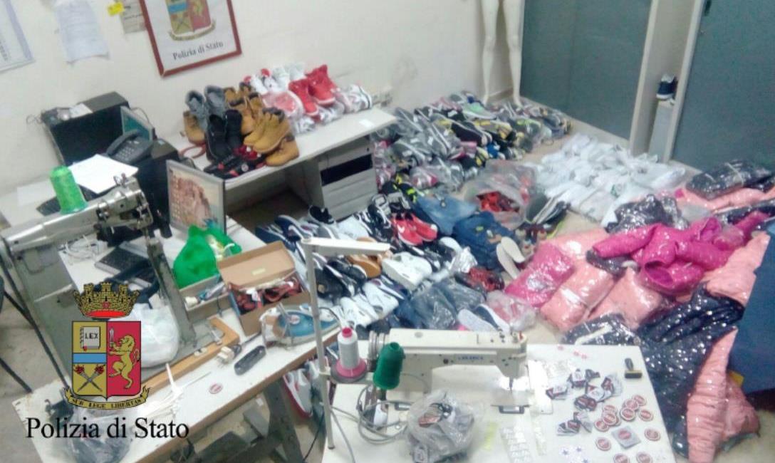 Napoli Zona Annunziata, la polizia scopre fabbrica di merce contraffatta