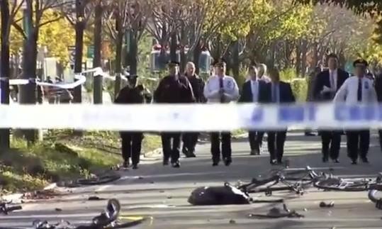 """Terrore a New York 16 anni dopo l'11 settembre, furgone su pista ciclabile fa 8 morti: """"Era annunciato"""""""