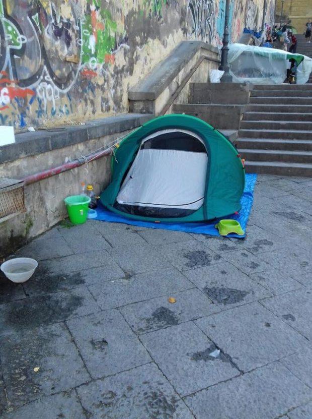 Napoli, i senzatetto continuano a dormire sulle Scale di Montesanto. Presentata interrogazione al sindaco