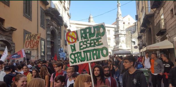 """Studenti in piazza: """"Non siamo merce nelle mani delle aziende"""""""