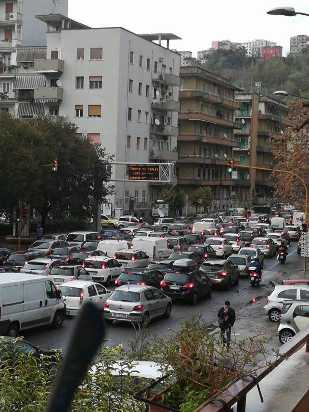 Napoli, un lunedì da cani:  caos, traffico, malori, istituzioni assenti