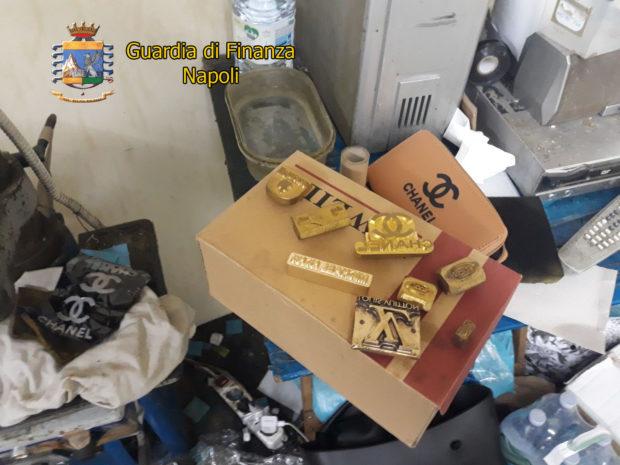Napoli, Guardia di Finanza sequestra fabbrica abusiva e 1 milione e mezzo di borse false