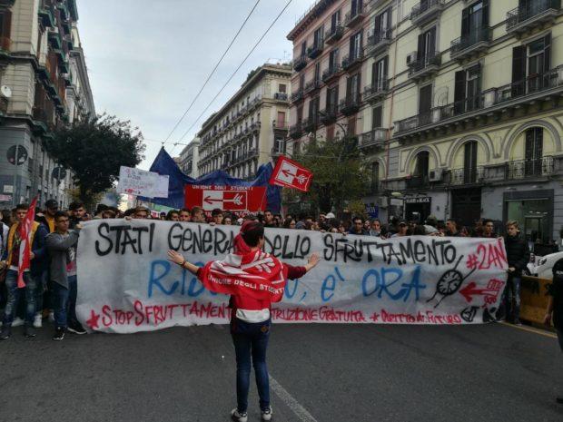 """Napoli,  2 mila in piazza contro lo sfruttamento di """"scuola lavoro"""""""
