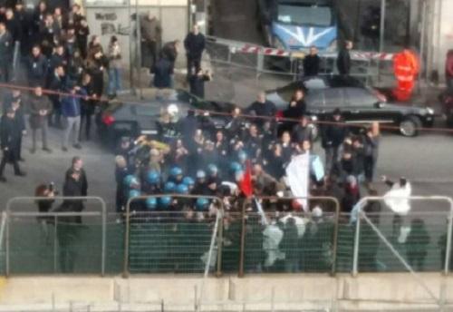 Gentiloni a Napoli, cariche ai contestatori: un fermo