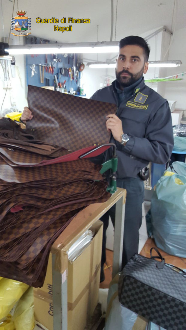 Napoli e Giugliano, finanzieri chiudono 2 fabbriche clandestine
