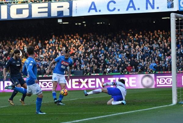 Samp ko in rimonta, Napoli primo con il gol della storia di Hamsik