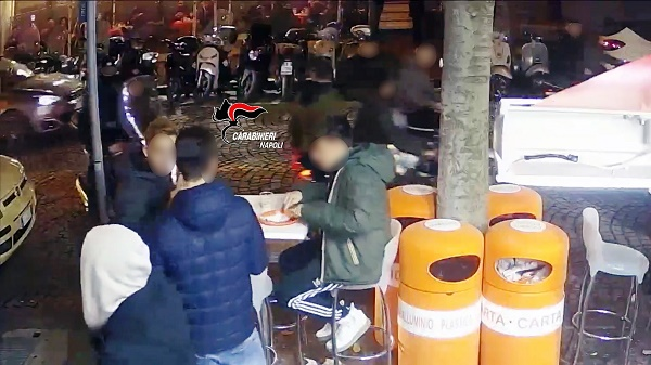 Giovani accoltellati al Vomero dal branco: 16 denunciati per rissa, 1 per lesioni