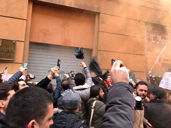 """Rifiuti, in 10mila sfilano a Napoli e lanciano sacchetti contro la Regione: """"De Luca via"""""""