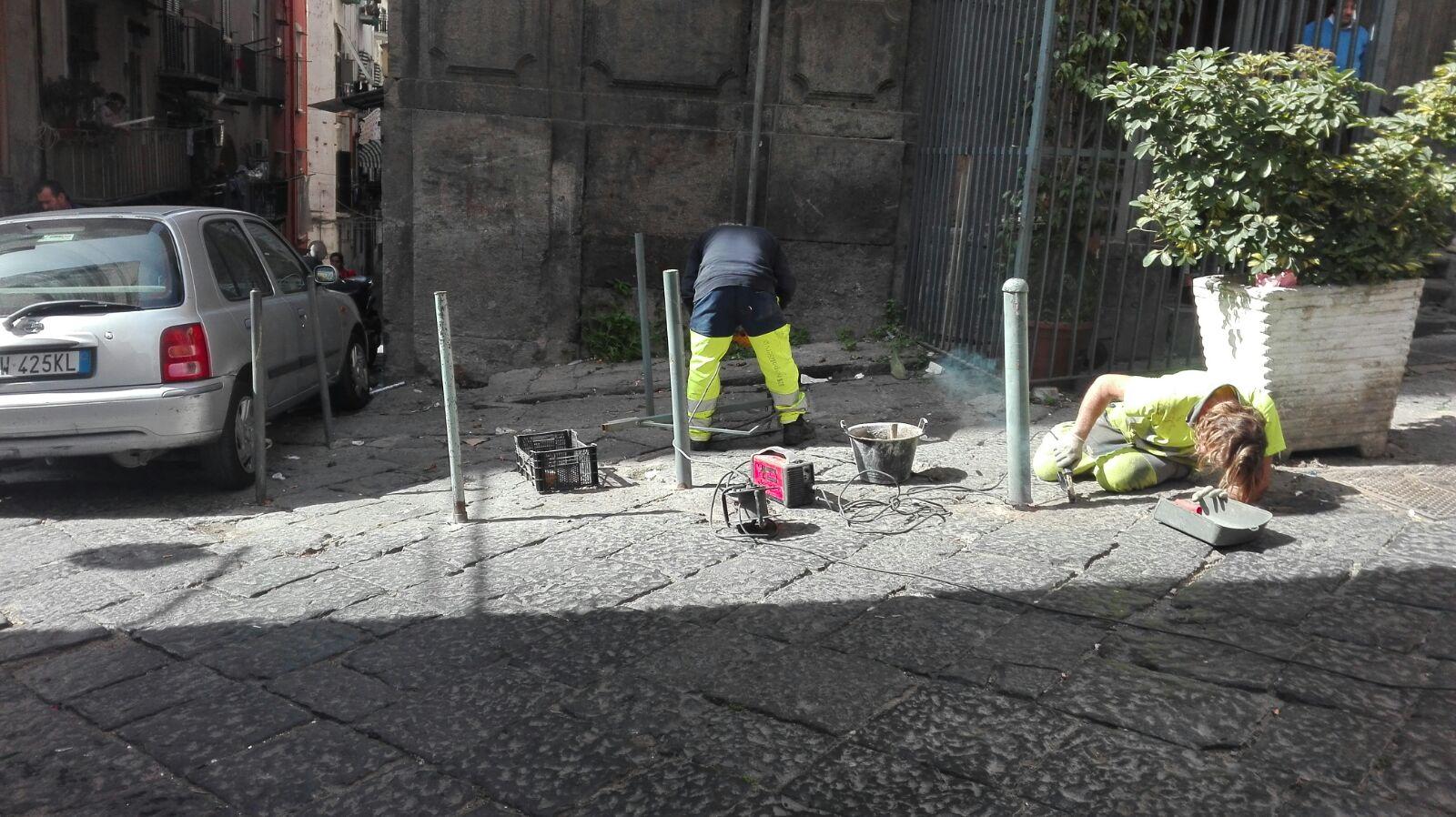 Napoli, polizia municipale rimuove 70 paletti abusivi
