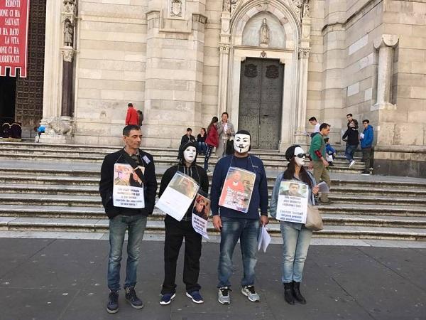 Preti pedofili, vittime protestano davanti al duomo di Napoli