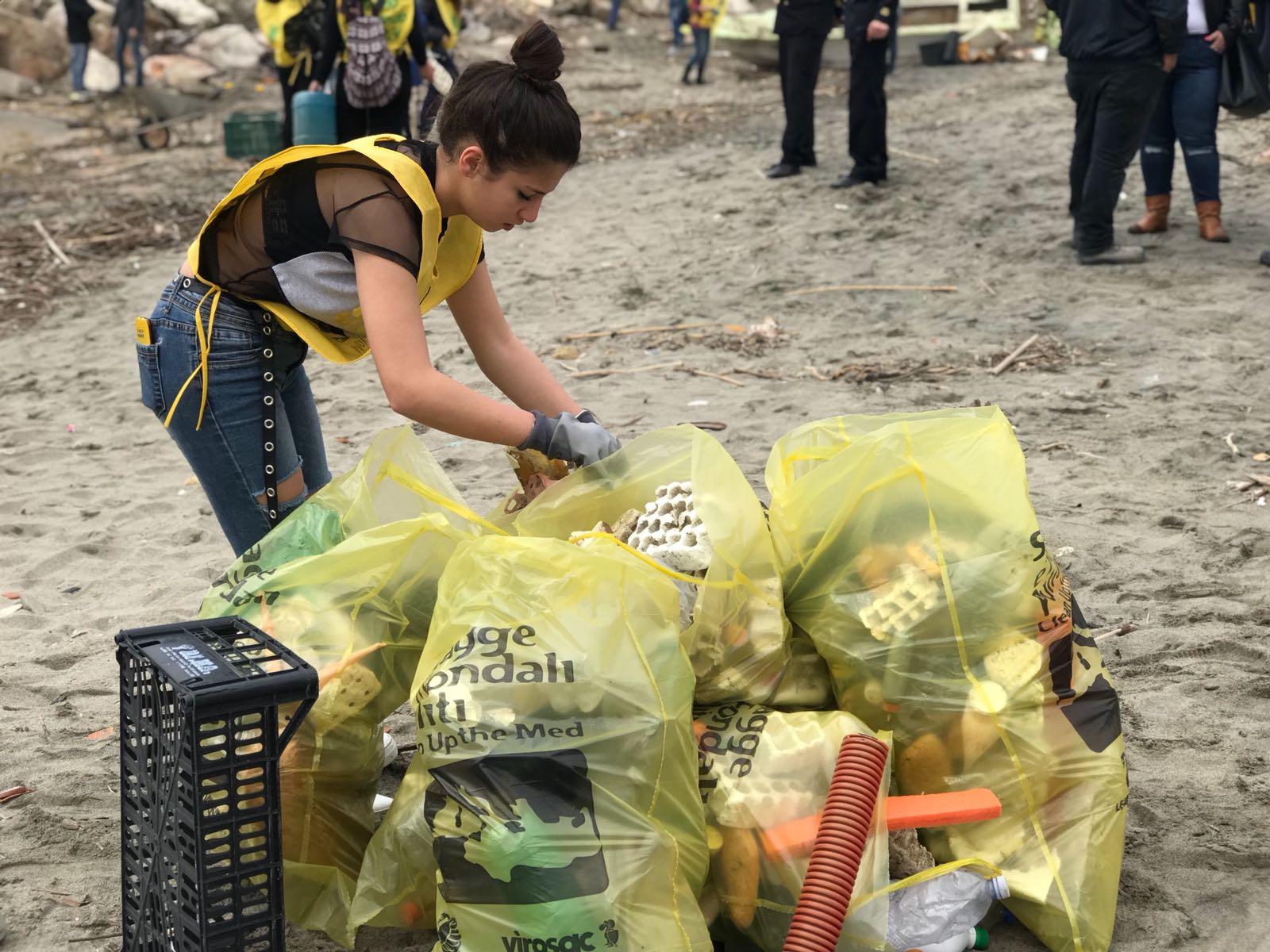 Pulizia spiaggia Castel Volturno, riempiti 150 sacchi di rifiuti