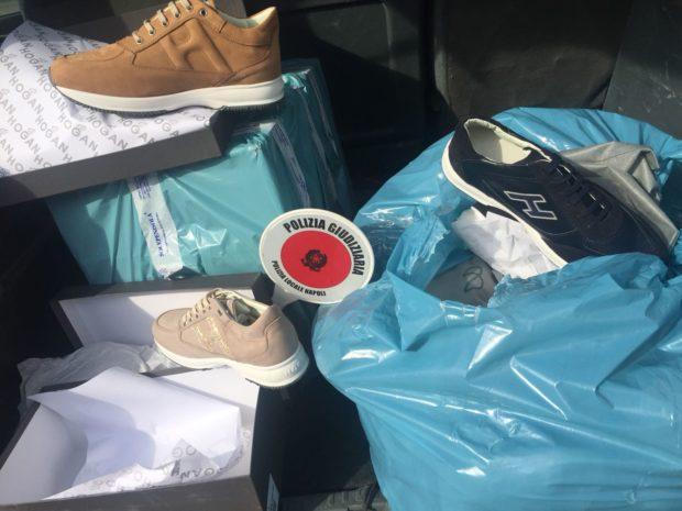 Napoli, polizia municipale sequestra 356 paia di scarpe