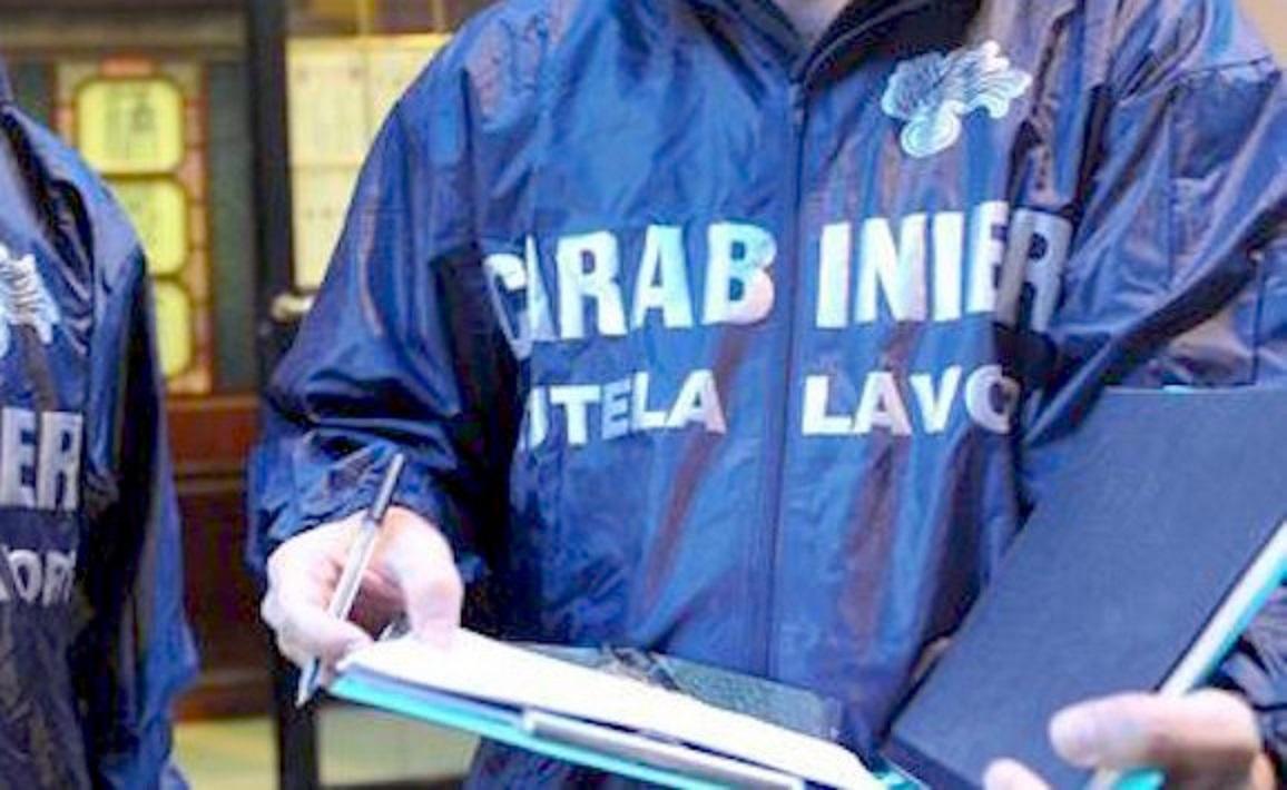 Napoli, blitz carabinieri in una fabbrica tessile: trovati 7 lavoratori in nero