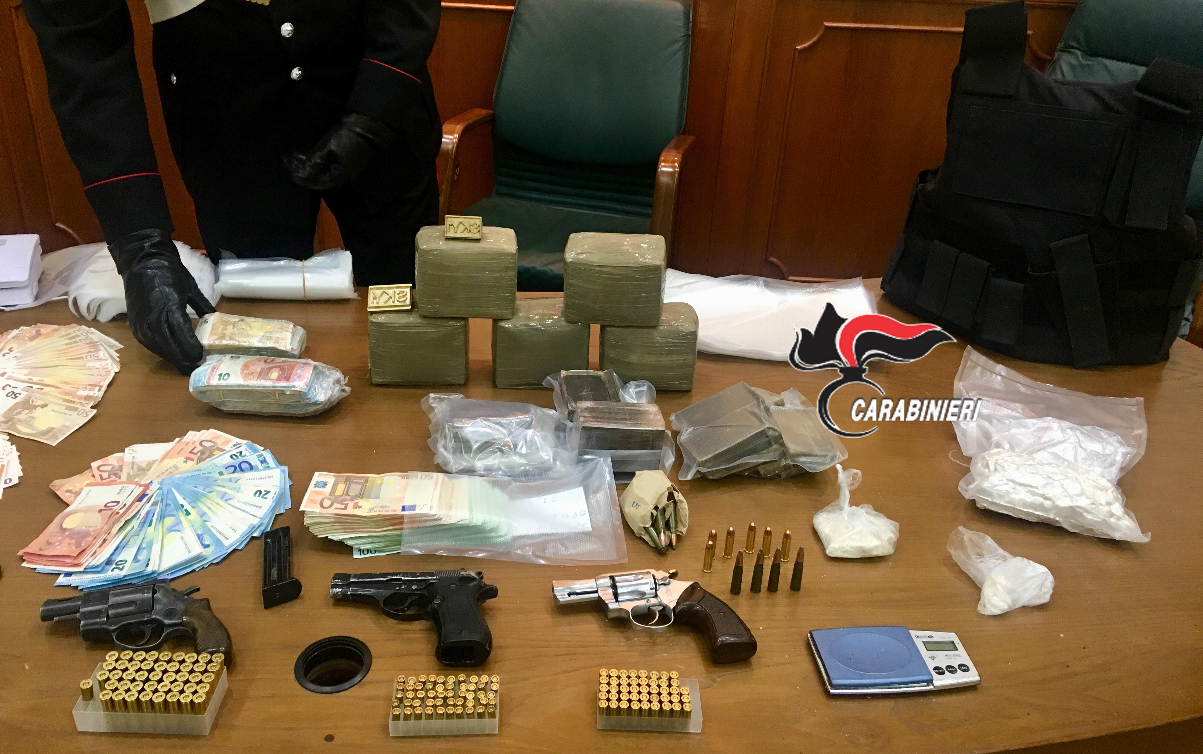 Blitz carabinieri di Napoli e Caserta: sequestrati armi, soldi e droga