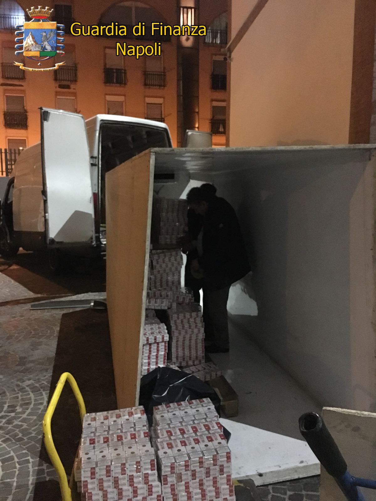Napoli, 700 chili di 'bionde' di contrabbando viaggiavano in furgone con 'doppie pareti'