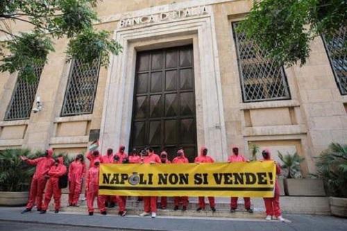 """""""Napoli non si vende, vendiamo le banche"""". Protesta al corteo anti austerità"""