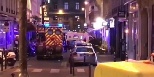 """Nuovo incubo terrorismo a Parigi, accoltellatore fa un morto e 5 feriti: grida """"Allah Akbar"""""""