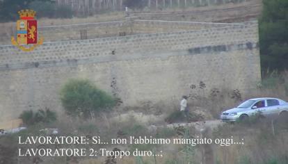 """Sicilia, Immigrati sfruttati in campagna """"pagati"""" con pane duro e acqua:due arresti"""