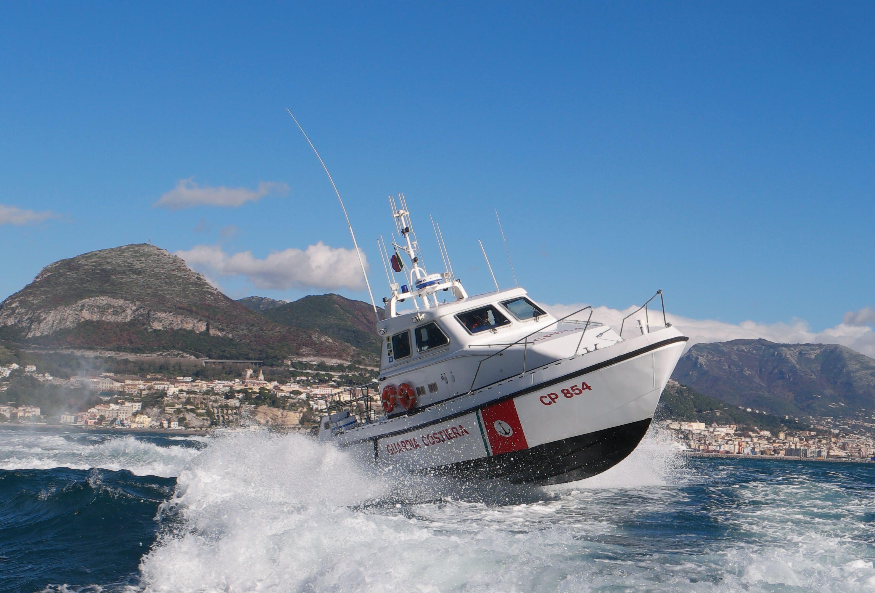 Salerno, Porticciolo Santa Teresa:  imbarcazione in fiamme, guardia costiera salva 4 persone a bordo
