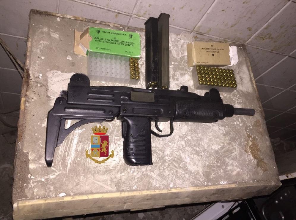 Napoli, la polizia trova mitragliatore in abitazione zona ferrovia
