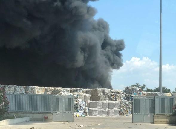 Caivano, a fuoco deposito di rifiuti: enorme nube tossica