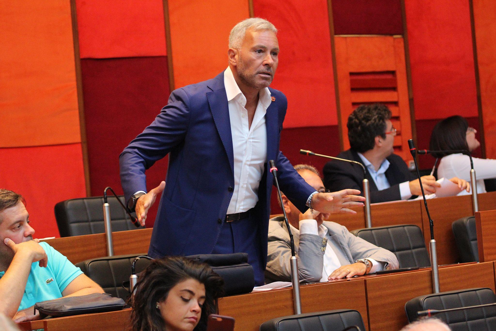 Consiglieri gratis in tribuna d'onore mentre De Laurentiis non paga 3,5 mln di debiti