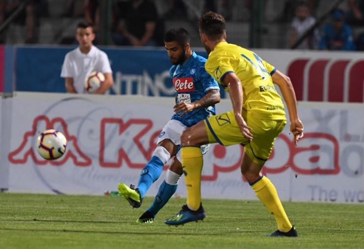 Il Chievo picchia, il Napoli gioca e vince