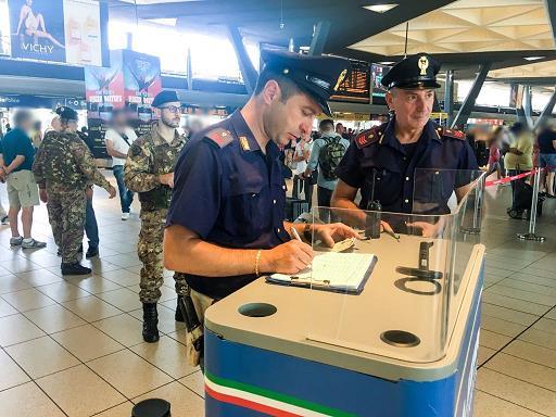 Napoli, stazione centrale: tentano di rubare arma ai militari, arrestati per tentata rapina