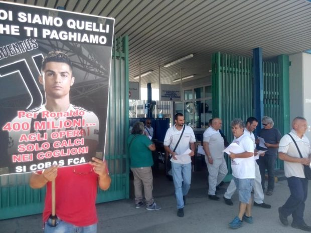 """La protesta operaia di Pomigliano D'Arco: """"L'acquisto di Ronaldo è uno sfizio calcistico, un giocattolo dei padroni"""""""