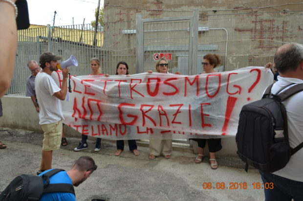 Napoli, Cavalleggeri d'Aosta: 300 cittadini in piazza contro i ripetitori