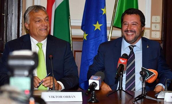 Salvini vede Orban, fuori in migliaia protestano