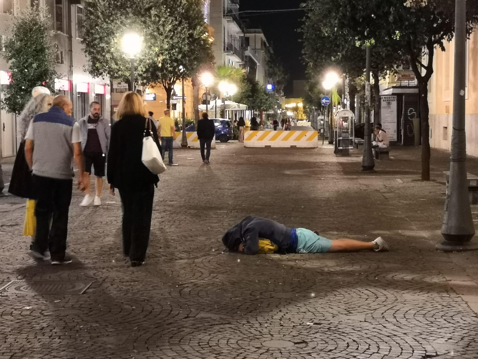 Salerno: ubriaco si stende sul corso a dormire