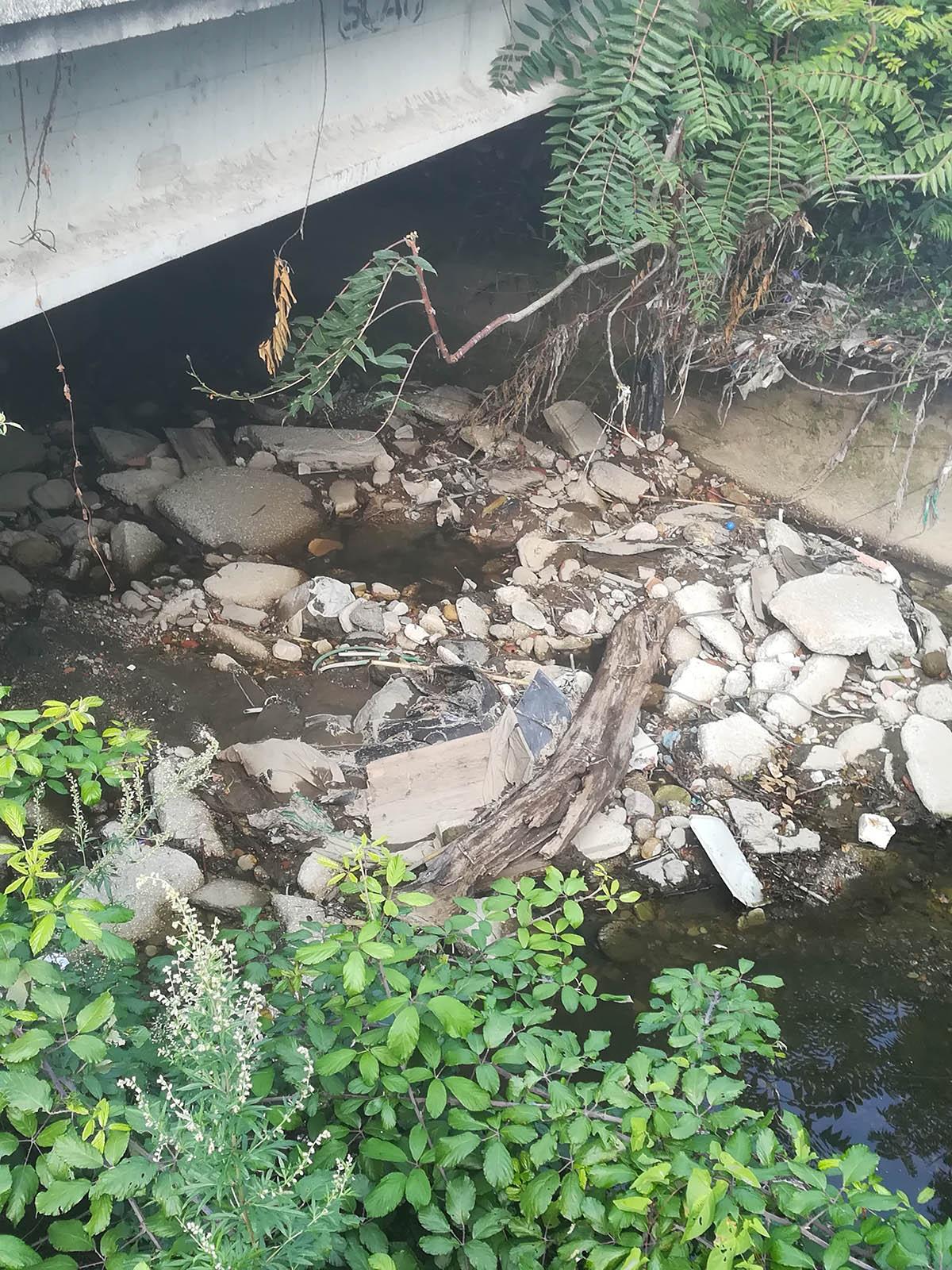 Napoli, zona flegrea:  L'Alveo dei Camaldoli, un disastro ambientale