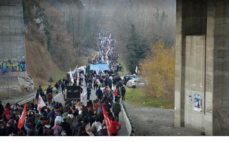 """No Tav, in piazza l'Otto Dicembre:  """"Vogliamo opere utili per le persone"""""""