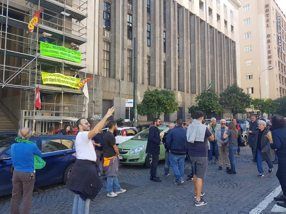 Napoli: gli autisti Ctp sulle impalcature, il sindaco pensa alle europee