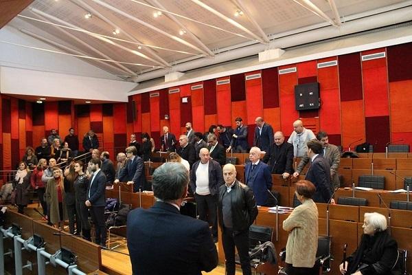 Napoli, il consiglio comunale approva la manovra