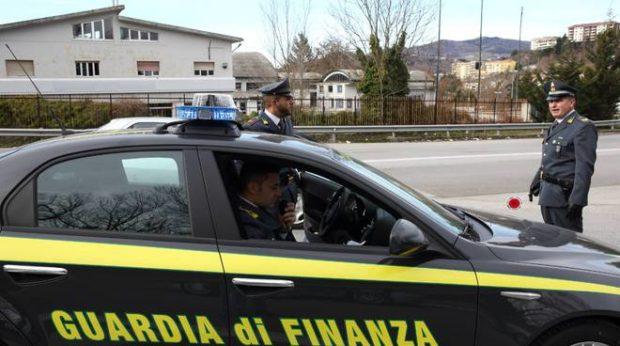 Scarpe e borse contraffatte sequestrate dalla Guardia di Finanza