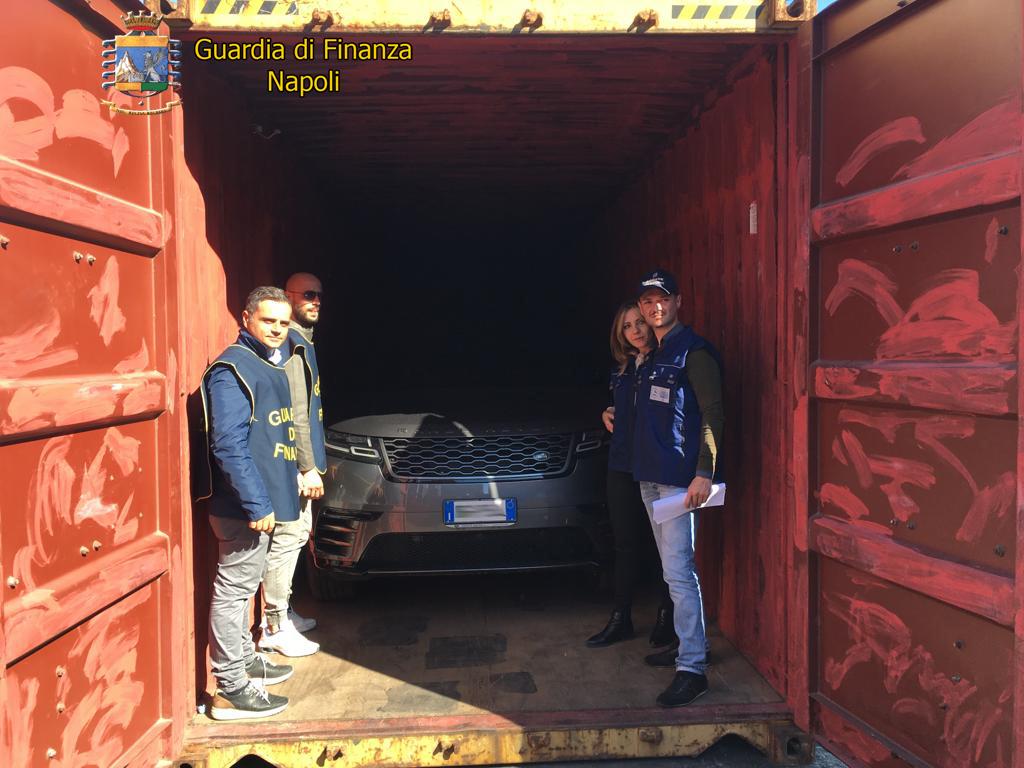 Napoli, imbarcavano auto di lusso rubate per l'Africa