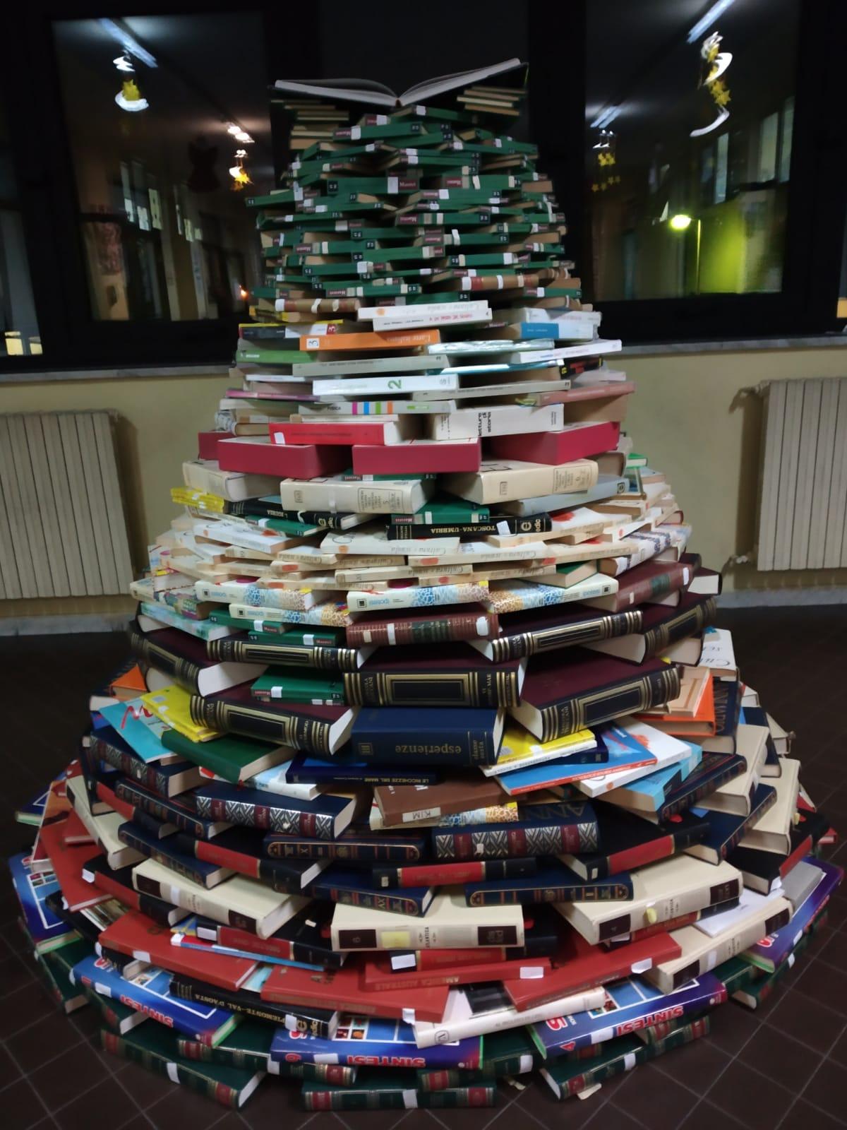 Due metri di libri per realizzare un albero di Natale