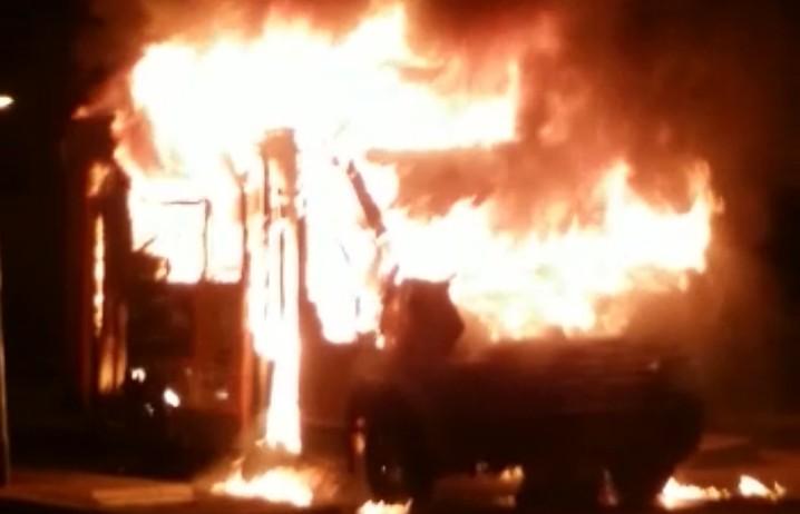 Napoli, autobus Anm distrutto da fiamme davanti al Cardarelli
