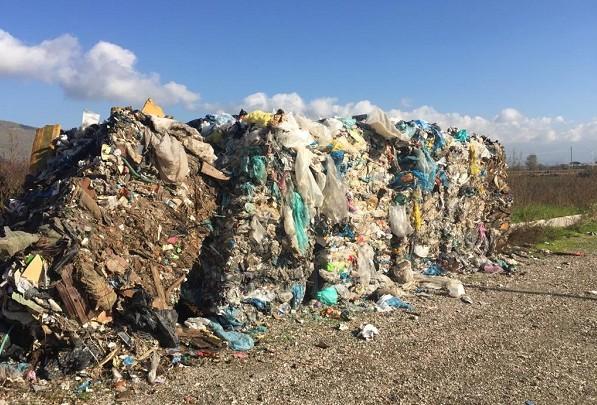 Acerra, balle di rifiuti vicino a coltivazioni: ora così svuotano i siti saturi?