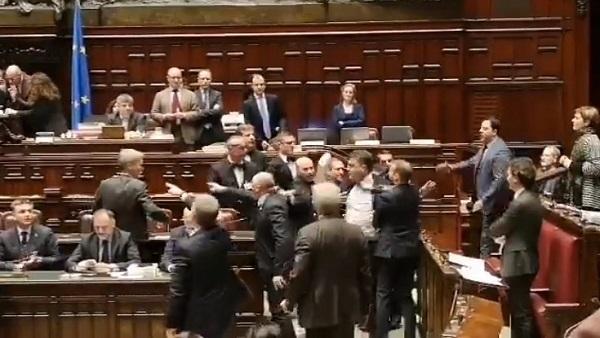 Manovra, rissa alla Camera: Pd contro il governo, Fiano scaglia il testo