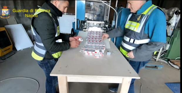Acerra: Blitz Finanza, scoperta fabbrica sigarette contrabbando, 12 arresti